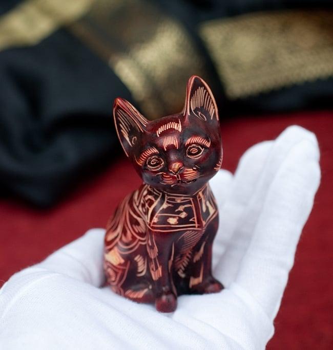 手彫り模様の座りネコ像 赤茶[9.2cm] 7 - このくらいのサイズ感になります。ずっしりとした重量感があります。