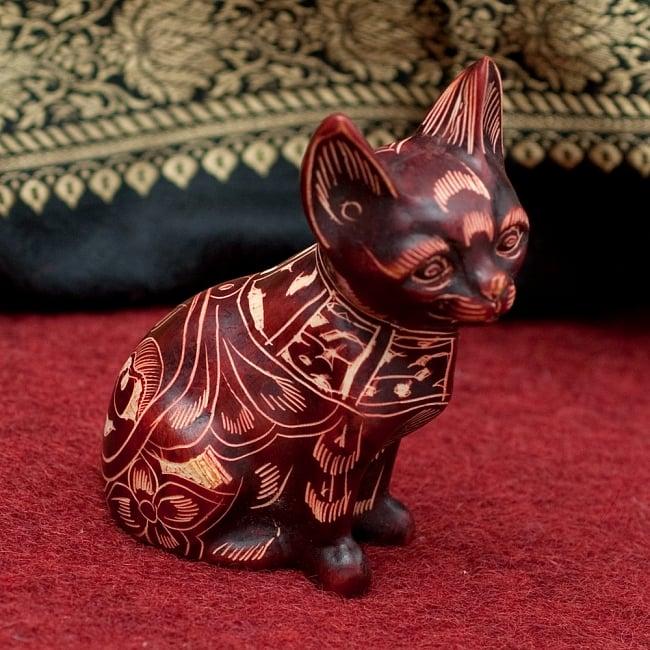 手彫り模様の座りネコ像 赤茶[9.2cm]の写真