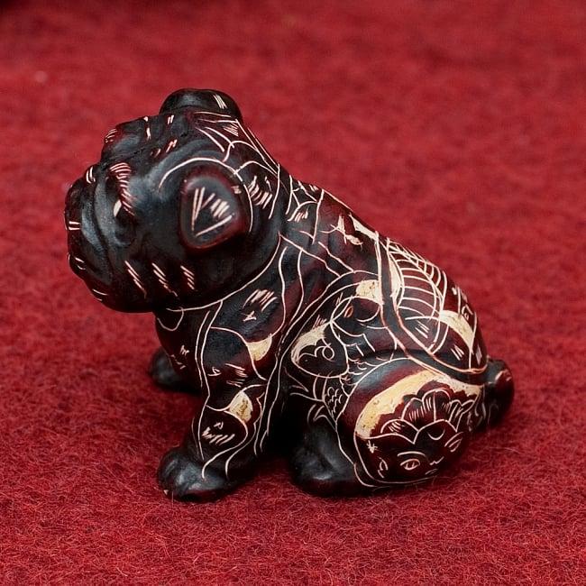 手彫り模様の座りパグ像 赤茶[5.5cm] 2 - 横からの写真です