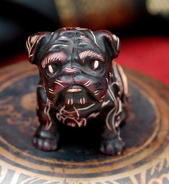 手彫り模様の座りパグ像 赤茶[5.5cm] 4 - 顔の部分を拡大してみました