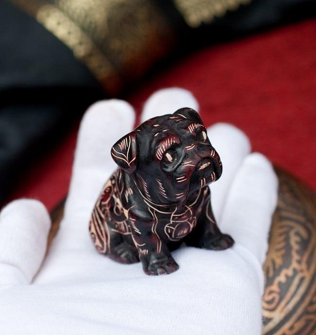 手彫り模様の座りパグ像 赤茶[5.5cm] 7 - このくらいのサイズ感になります。ずっしりとした重量感があります。