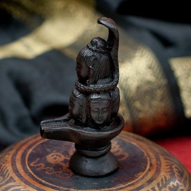ナーガとシヴァリンガ像[9.1cm] 2 - 横からの写真です