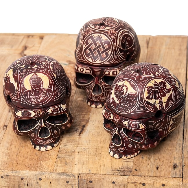 手彫り模様のスカル型灰皿&小物入れ 11 - 柄はブッダであったりエンドレスノットであったり色々ですので、ランダムでのお届けとなります。