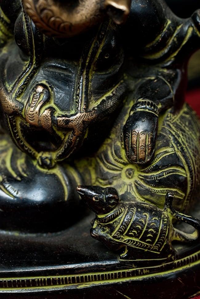 輪王坐ガネーシャ - 17.5cm 3 - どっしりとした存在感があります。膝元にはガネーシャの乗り物であるねずみがいます。