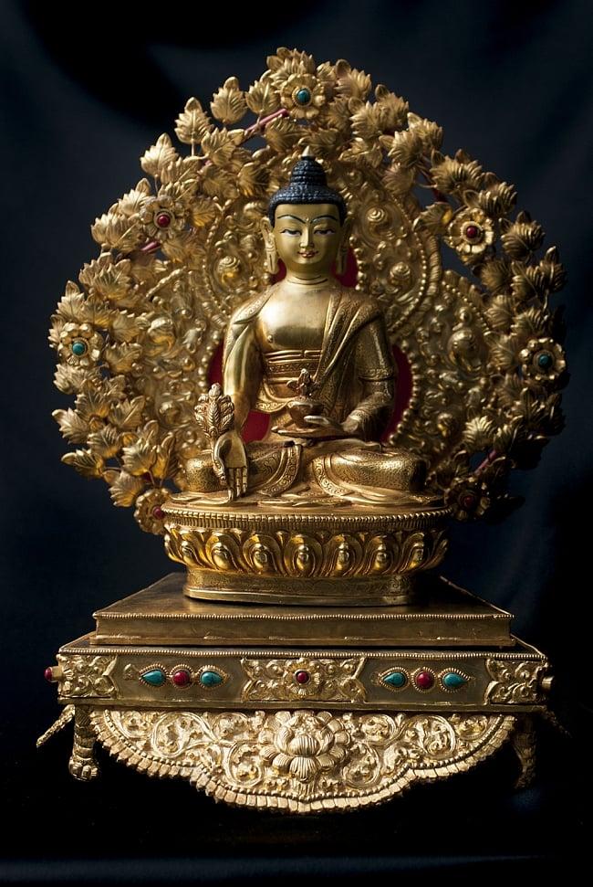 神像・仏像用台座  - 銅造鍍金仕上げ 13 - 薬師如来(バイシャジヤ・グル) 銅造鍍金仕上げ - 21.5cm(TI-RSDL-1364)を設置してみました。