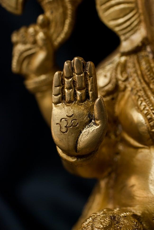 ブラス製 座りガネーシャ像[26cm] 4 - 手にはオーンの文字が刻み込まれています。