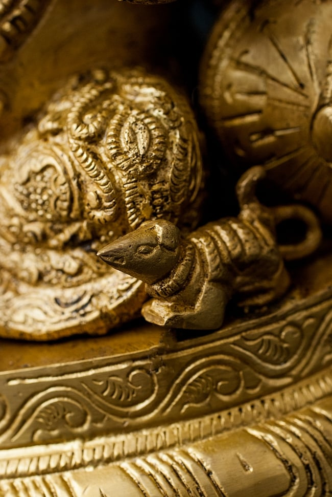 ブラス製 座りガネーシャ像[26cm] 6 - 膝周りにはガネーシャの乗り物であるねずみがいます。