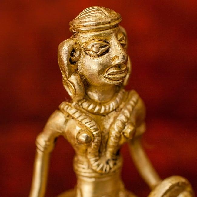 剣と盾を持つ女性のハンドベル - [高さ:約13cm] 3 - プリミティブな様相の像です。