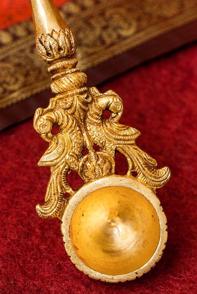 ブラス製 クリシュナスプーン - [高さ:約24.5cm] 4 - スプーン部分です。孔雀の装飾も壮麗で美しいですね。
