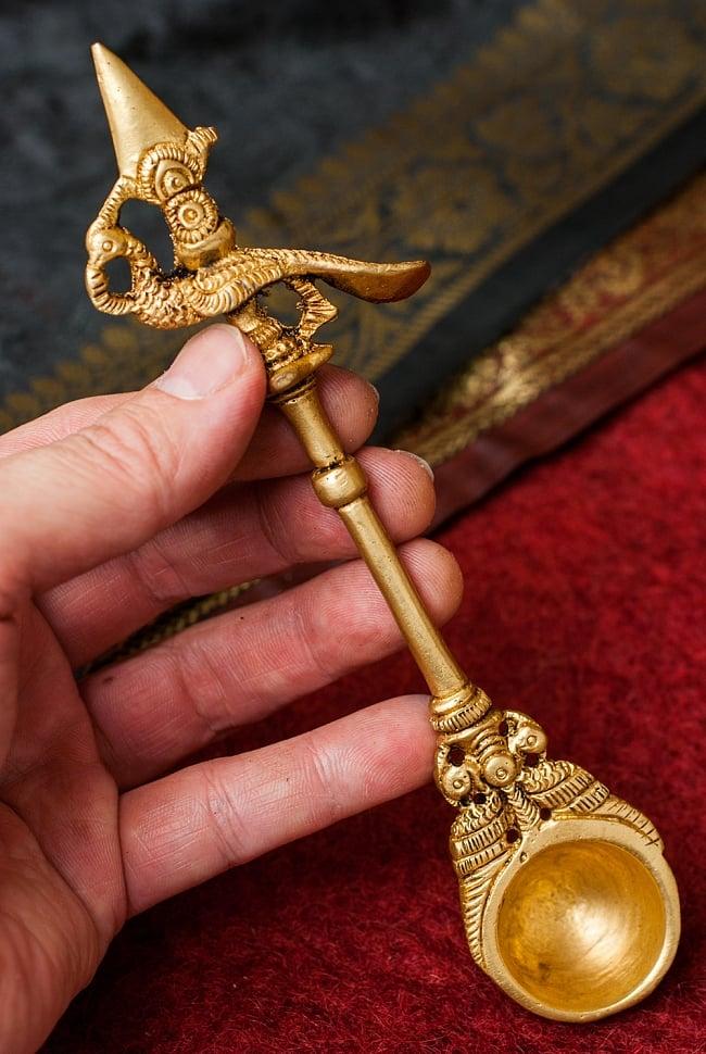 ブラス製 孔雀のスプーン - [高さ:約17.5cm] 7 - 手に取るとこれくらいの大きさです。