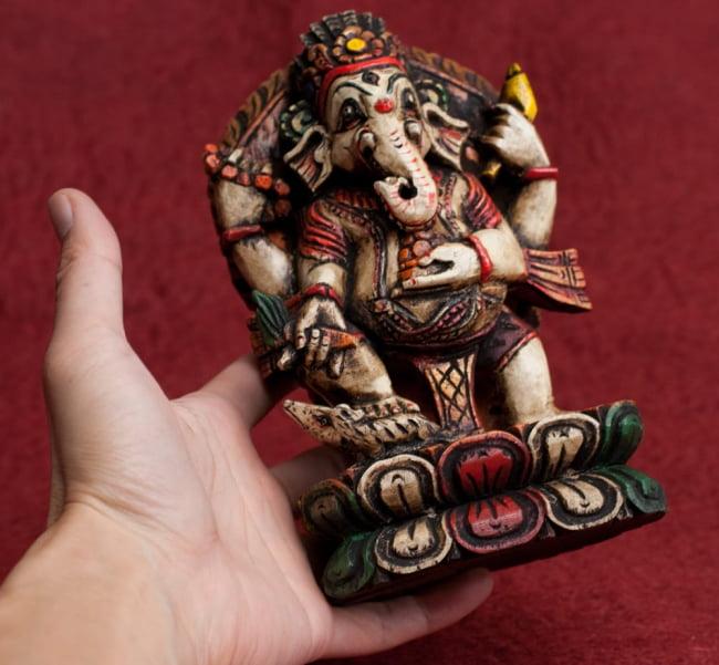 [一点もの]木彫りのホワイト・ガネーシャ - 18cm 13 - 手に取るとこれくらいのサイズ感です。