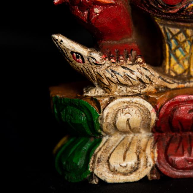 [一点もの]木彫りのレッド・ガネーシャ - 18cm 7 - 足元にはガネーシャの乗り物であるネズミがいます。