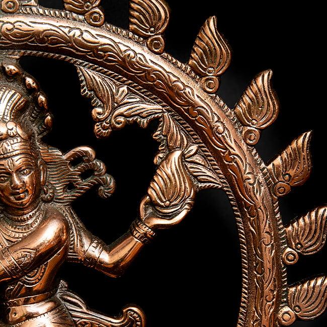 ダンシング・シヴァ(41cm)の写真4 - 優美な踊りと蛇が描き出されています。