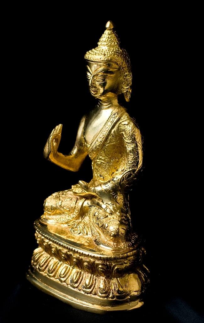 金色に輝くヒストリーブッダ像【高さ:約18cm】 2 - 斜めから撮影しました、質感が素晴らしいです。