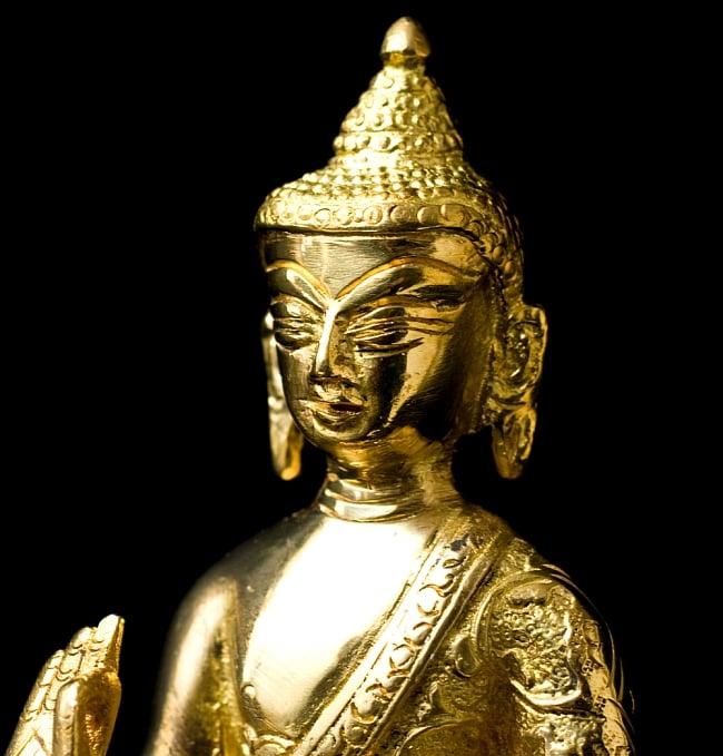 金色に輝くヒストリーブッダ像【高さ:約18cm】 3 - 顔を写してみました、穏やかな表情をしています。