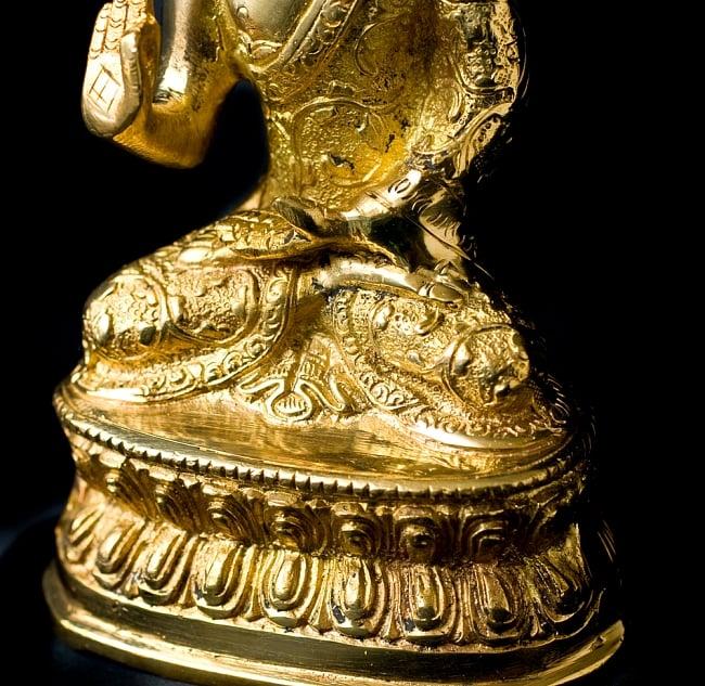 金色に輝くヒストリーブッダ像【高さ:約18cm】 4 - 台座にも模様が彫り込んであります。
