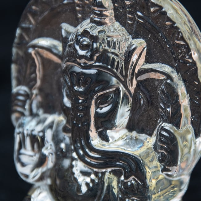 インドの神様 ガラス製ペーパーウェイト〔7cm×5cm〕 - ガネーシャ 2 - お顔の拡大です。