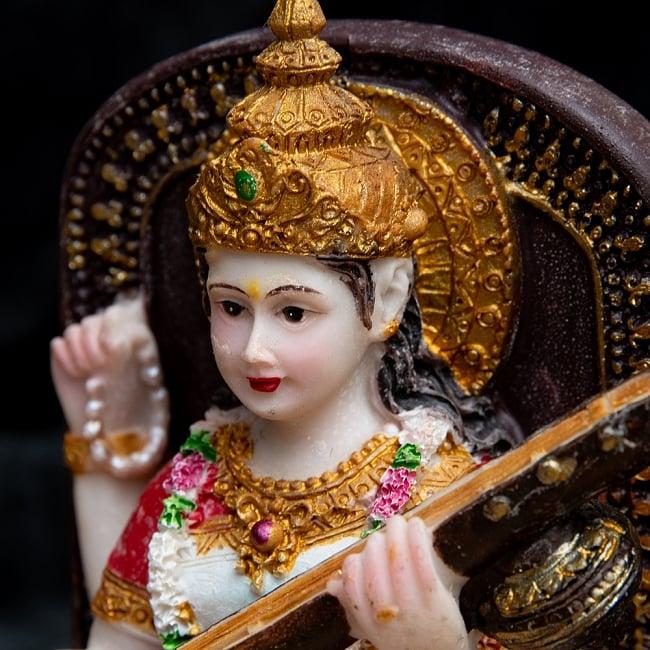 カラフルレジンの神様像 - 玉座に座るサラスヴァティ[12.5cm] 2 - 凛々しいお顔です。
