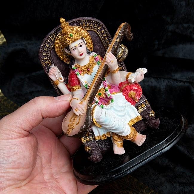 カラフルレジンの神様像 - 玉座に座るサラスヴァティ[12.5cm] 8 - サイズ比較のため手に持ってみました。