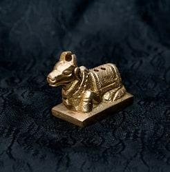 ナンディン(ヒンドゥー教の聖なる牛) - ミニミニ神様像&お香立て[3cm]