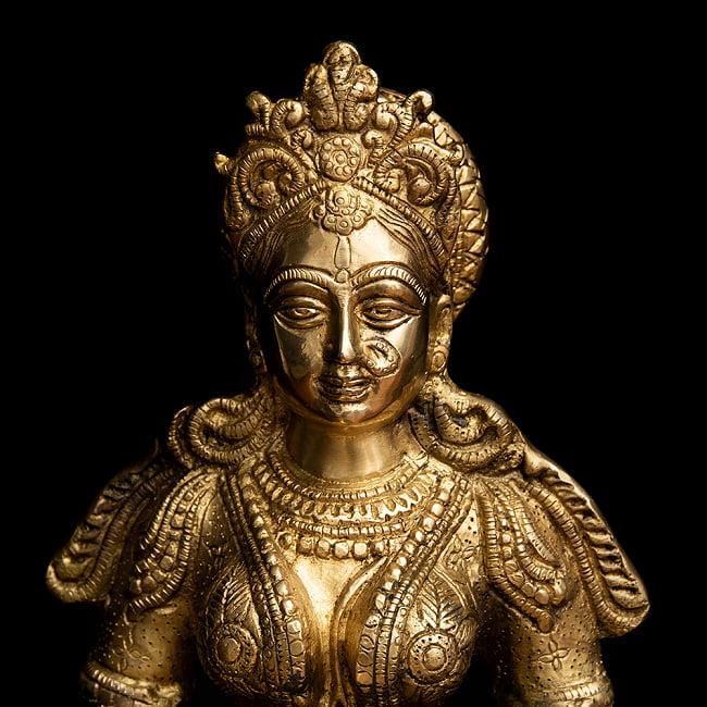 ブラス製 ディワリ・ラクシュミー像 (大型 高さ:約56.5cm) 2 - 厳かな趣のある神像です。
