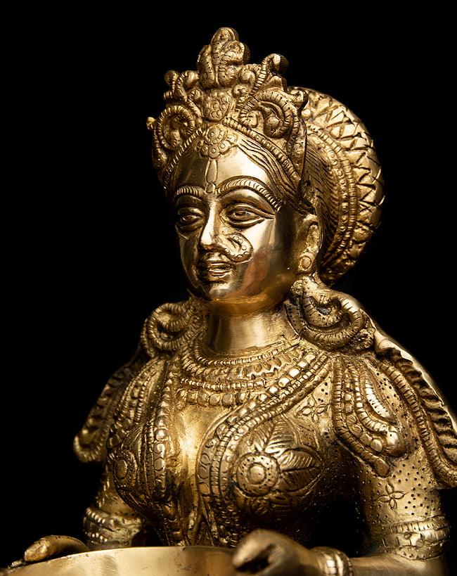 ブラス製 ディワリ・ラクシュミー像 (大型 高さ:約56.5cm) 3 - 顔立ちを見てみました。