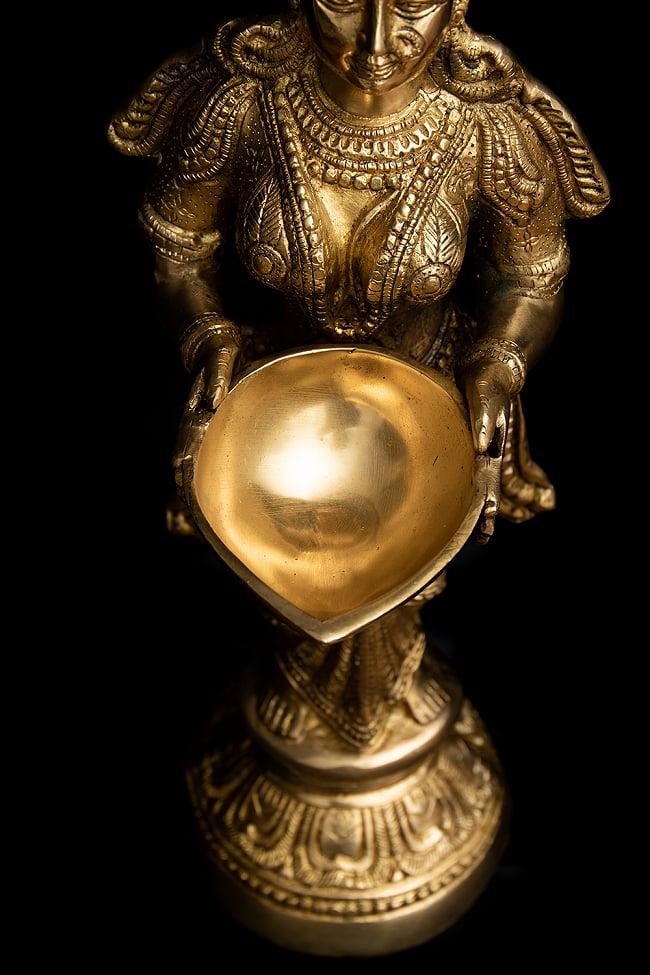 ブラス製 ディワリ・ラクシュミー像 (大型 高さ:約56.5cm) 5 - オイルランプを持つラクシュミ像です。