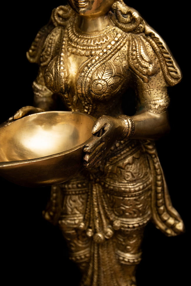 ブラス製 ディワリ・ラクシュミー像 (大型 高さ:約56.5cm) 8 - ディワリではラクシュミを祀ります。