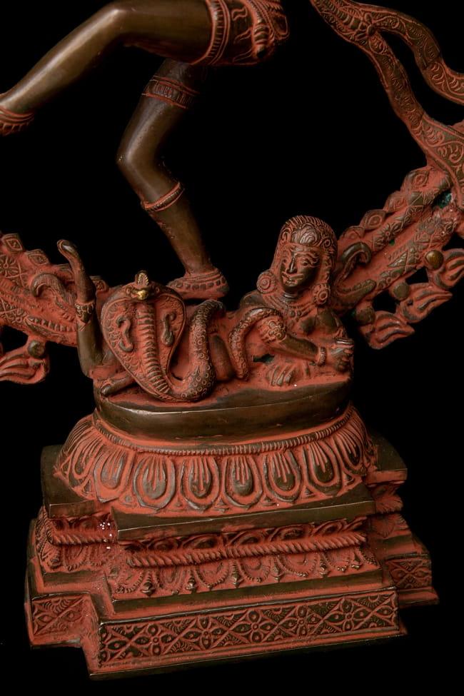 ブラス製 アンティーク調ナタラジ(ダンシング・シヴァ) 56cm 9 - 悪鬼を踏みつけにしています。