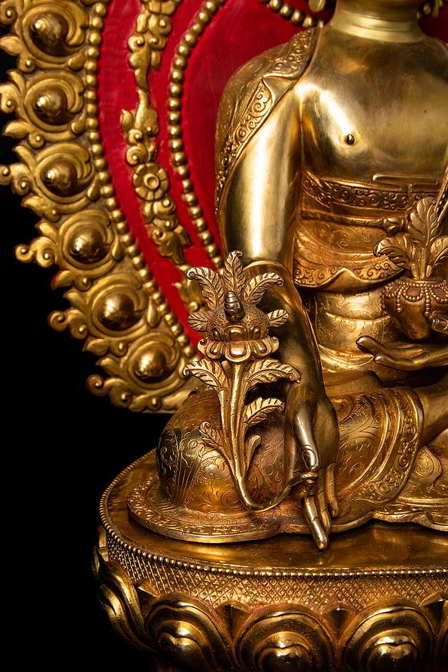 薬師如来(バイシャジヤ・グル) 銅造鍍金仕上げ - 54cm 10 - もう片手にはガンターを持っています。