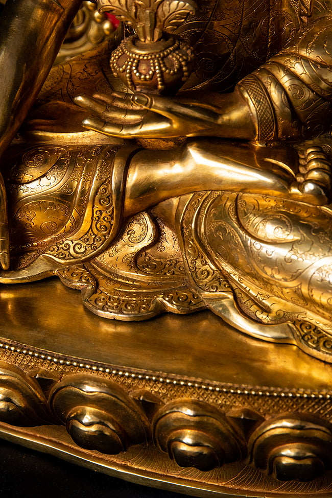 薬師如来(バイシャジヤ・グル) 銅造鍍金仕上げ - 54cm 15 - 細かな装飾が全体に行き渡っており、ネパール仏師の心血の注いだ様子が見て取れます。