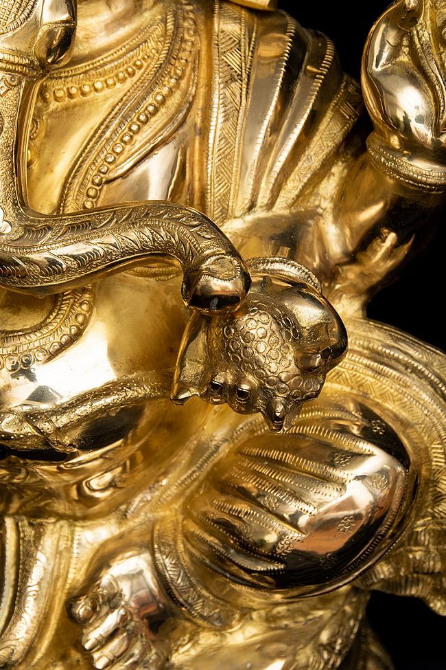 金運と幸運の神様 ガネーシャ像 [特大サイズ・約89cm] 6 - 好物のラッドゥを食べています