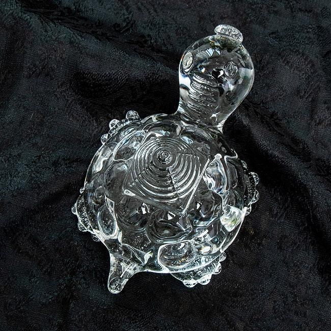 インドの神様 ガラス製ペーパーウェイト - カチュワヤントラ 8.7cm 4 - 角度を変えてみてみました
