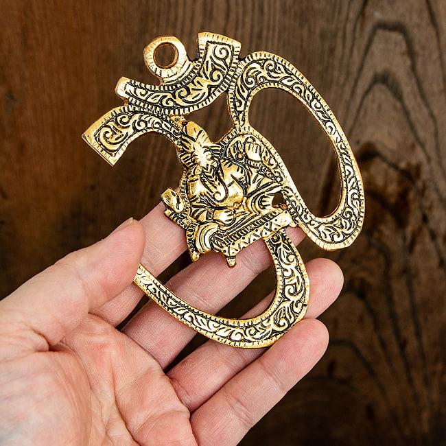 〔壁掛けタイプ〕インドの神様ウォールハンギング - オーン・ガネーシャ - 11cm 5 - 手に取るとこれくらいのサイズ感です。