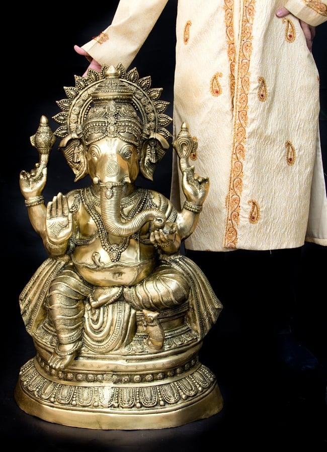 金運と幸運の神様 ガネーシャ像 [特大サイズ・約85cm] 18 - 男性モデルが横に立ってみたところです。かなり大きく存在感があるので、お店のディスプレイなどにも人気があります。