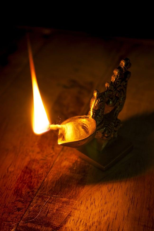 ピーコックのオイルランプの写真6 - 火を灯してみました。幻想的な灯りですね。
