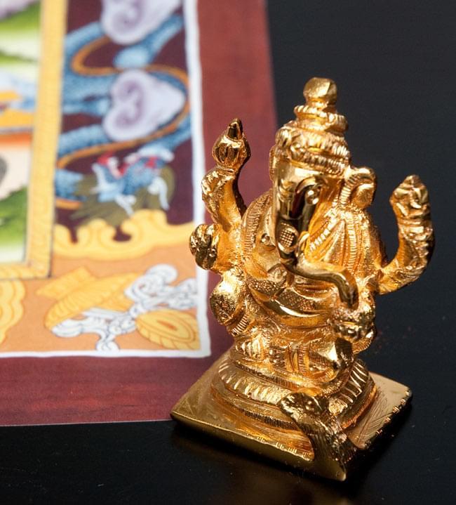 輝くゴールデンガネーシャ像【6cm】 2 - ネパールのタンカと一緒に撮影しました