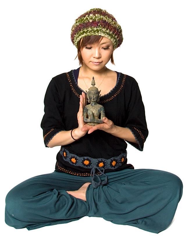 タイの神様像(19.5cm)の写真5 - 身長150cmのモデルさんと比べてみました。