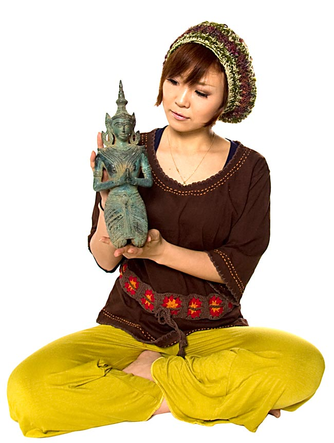 タイの神様像(31.9cm) 5 - 身長150cmのモデルさんと比べてみました。