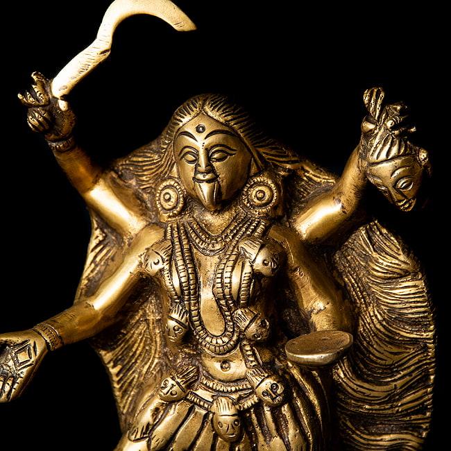 シヴァ神の腹の上で踊るカーリー[22cm]の写真3 - 別の斜め前のアングルから撮影しました