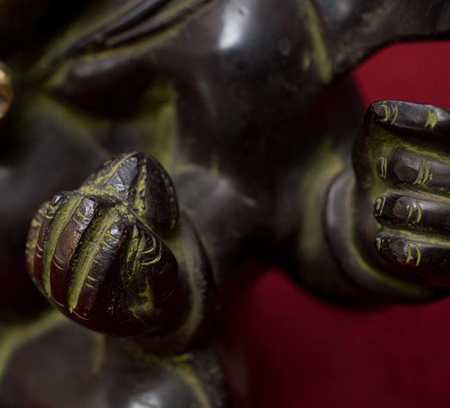 スキンヘッド・ガネーシャ[19cm]の写真8 - 右手のアップです。手にはモーダカというお団子を持っています