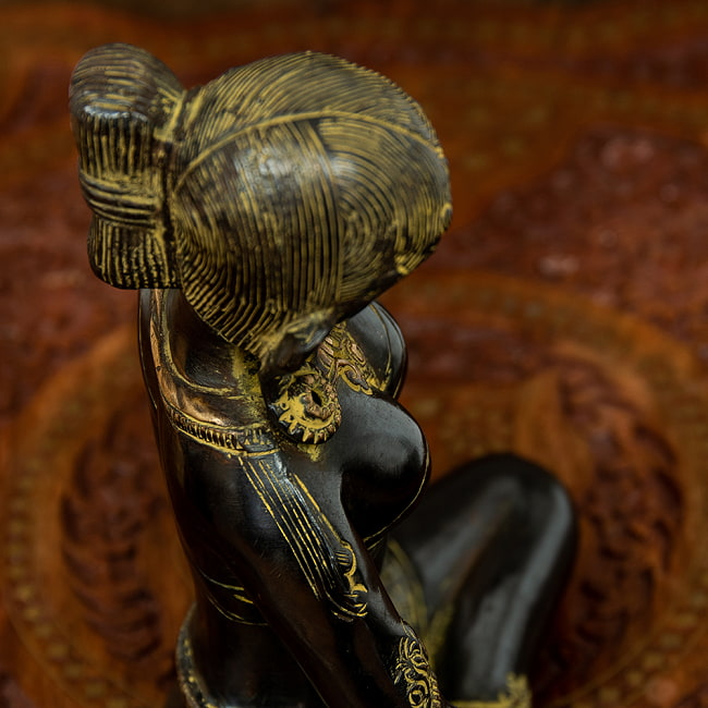 女性の像[22cm]の写真5 - 側面です。