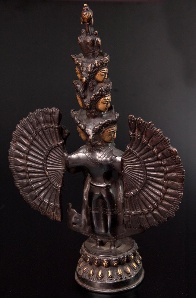 エーカダーシャムカ・アヴァローキテーシュヴァラ - 十一面観音菩薩[26cm]の写真8 - 大きさを分かって頂くため、手との比較です。
