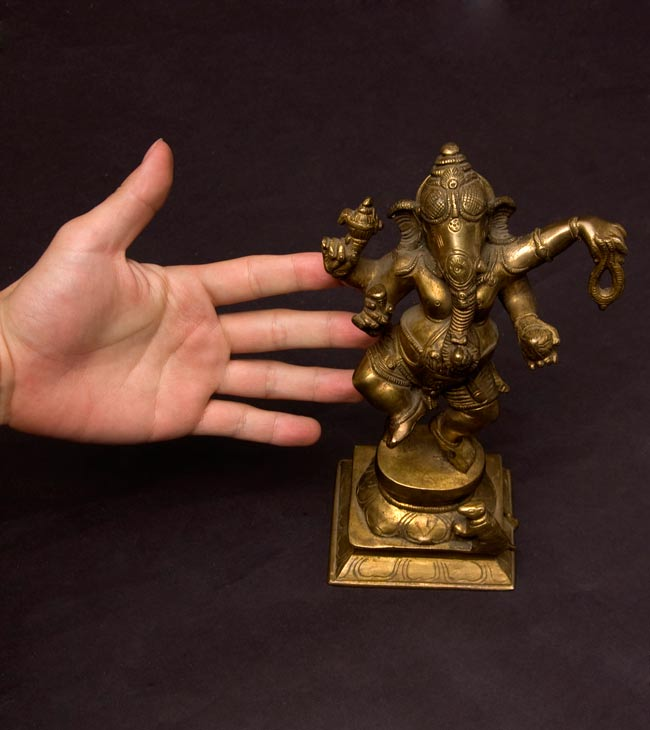 ダンシングガネーシャ[23cm]の写真7 - 大きさを分かって頂くため、手との比較です。