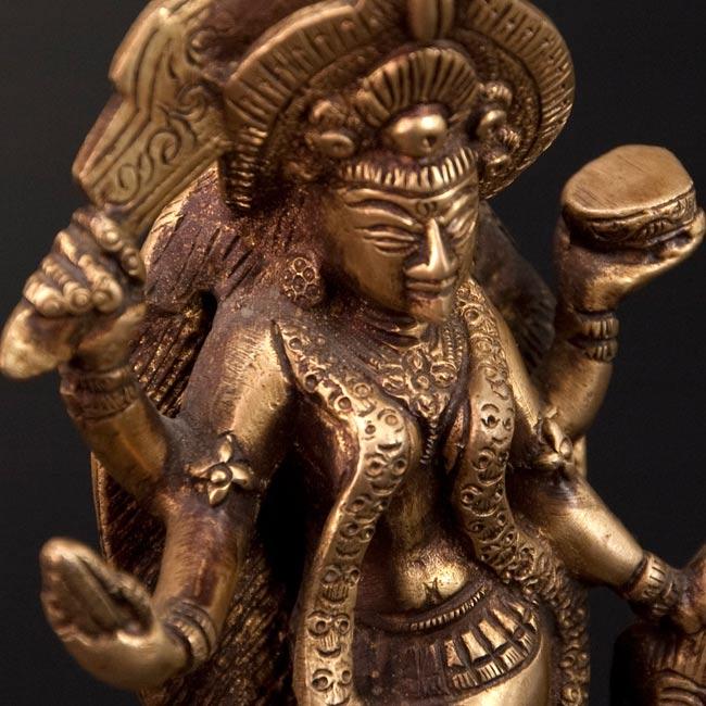 シヴァ神の腹の上で踊るカーリー[19cm]の写真4 - 斜め顔のアップです。