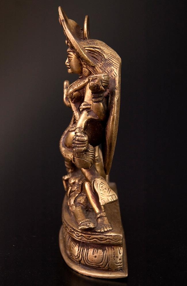 シヴァ神の腹の上で踊るカーリー[19cm]の写真5 - 側面です。