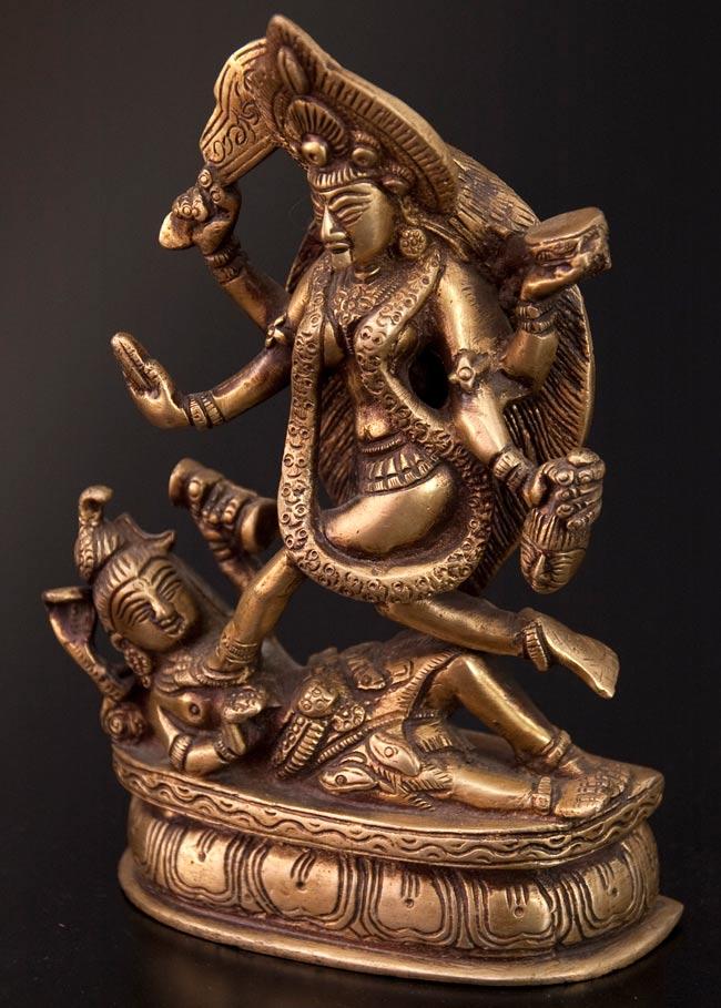 シヴァ神の腹の上で踊るカーリー[19cm]の写真