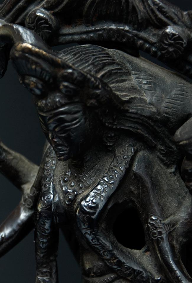 シヴァ神の腹の上で踊るカーリー[18cm]の写真2 - 顔のアップです。