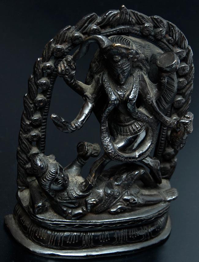 シヴァ神の腹の上で踊るカーリー[18cm]の写真3 - 斜めから撮影しました。