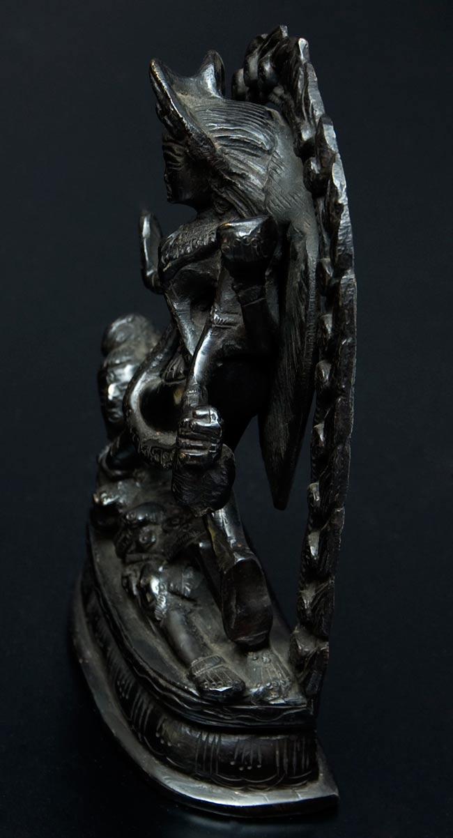 シヴァ神の腹の上で踊るカーリー[18cm]の写真5 - 側面です。